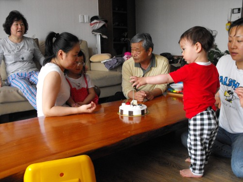 So-min and Ian discuss how the Children's Day cake should be divvied up.