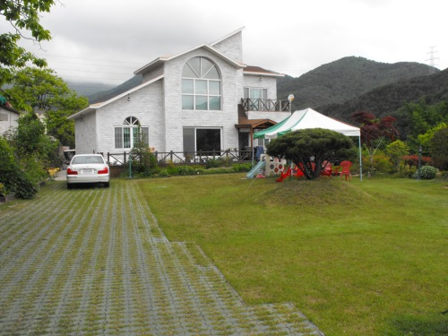 This is the in-laws' house. In a country where most people live in small apartments, we're living large here in Yangsan.